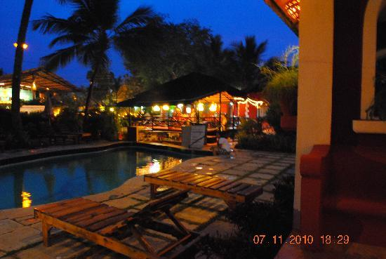 Kingstork Beach Resort: The hotel in the evening