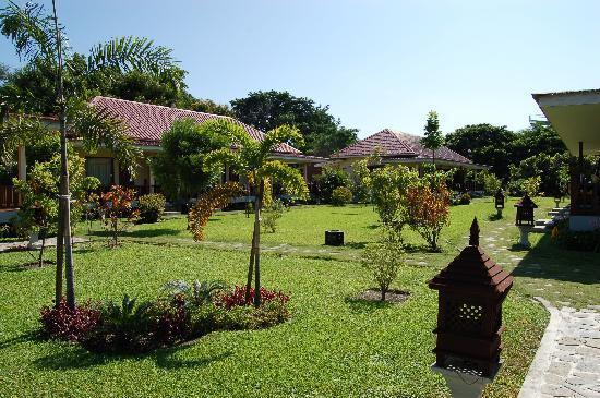 Win Unity Resort Hotel: jardin y habitaciones
