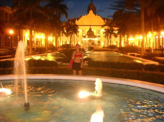 Hotel Riu Palace Punta Cana: Vista nocturna de jardines