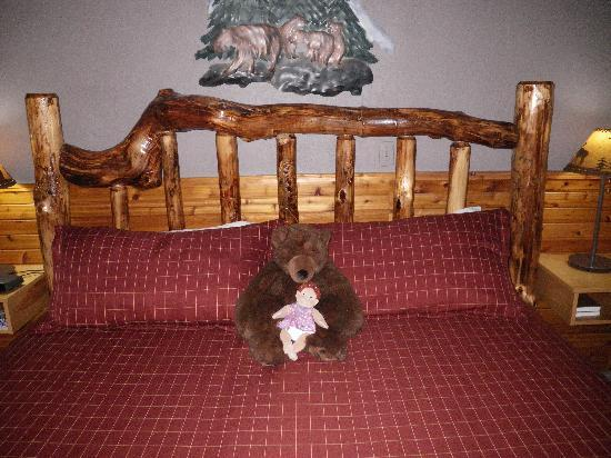 Crandell Mountain Lodge: The bed and bear
