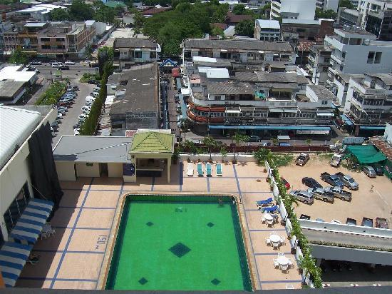 Charoen Thani Khon Kaen: View from the room of the pool and street.