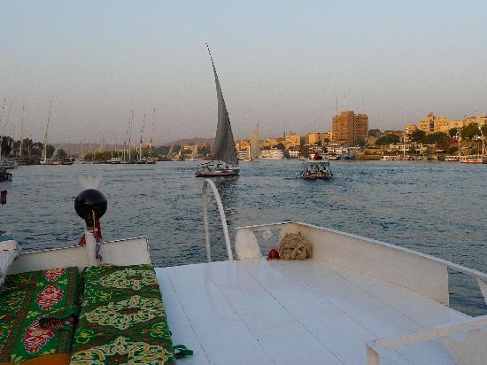 Sara Hotel : Sunset sailing up the Nile cataracts with Moustafa's motorboat.