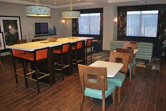 Hampton Inn Shreveport Airport: Hotel dining/ social lobby area