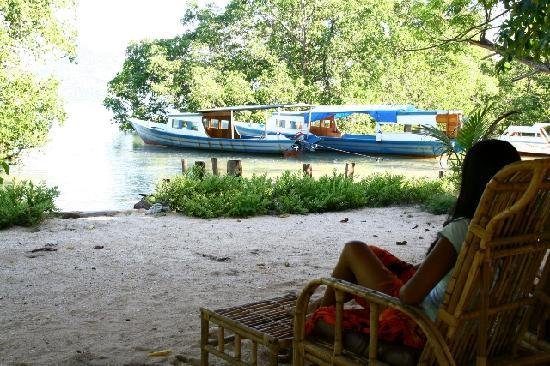 Two Fish Divers Bunaken: Relaxing area with comfortable beds