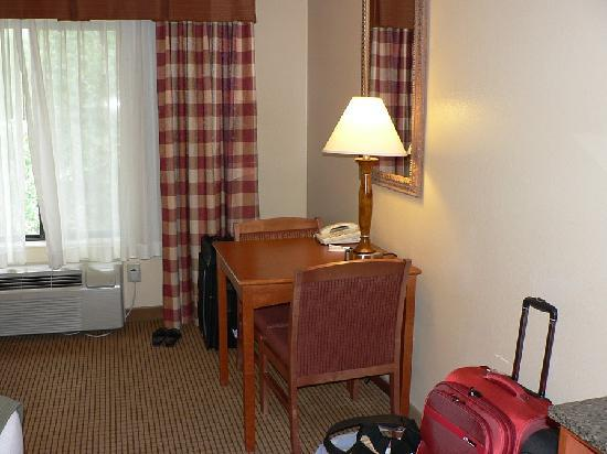 Holiday Inn Express Glenwood Springs: Small table & 2 chairs