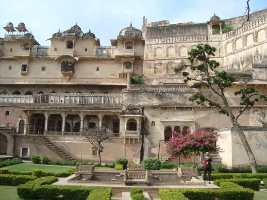 Bundi, Indie: Entrance to Garh palace-well maintained garden