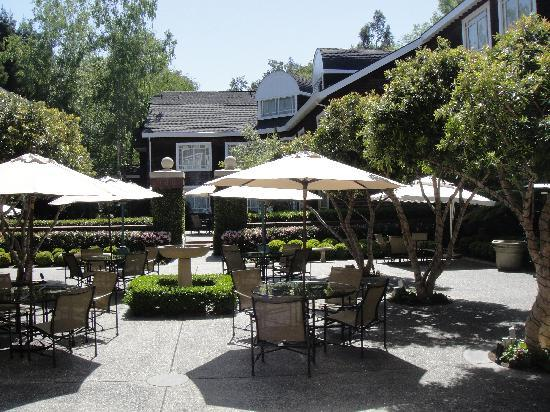 Stanford Park Hotel: The courtyard in summer 2010