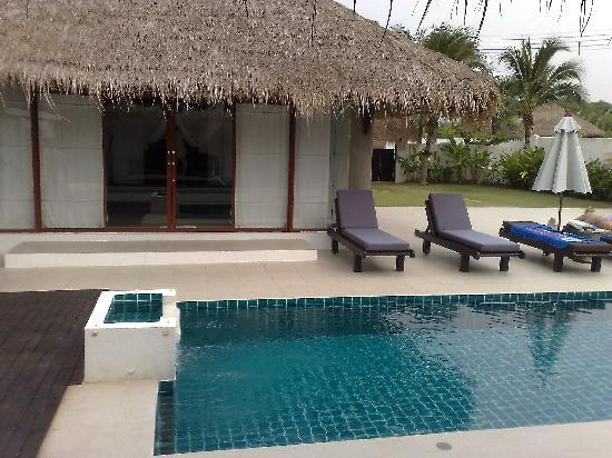 Dhevan Dara Resort & Spa Hotel: Pool area of presidential suite