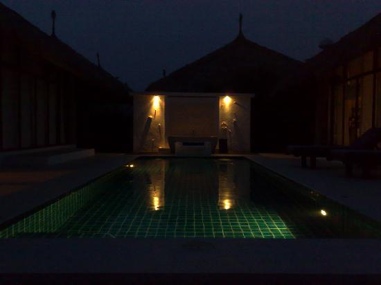 Dhevan Dara Resort & Spa Hotel: Communal pool area - no one around