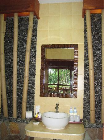 Oriental Kwai Resort: Bathroom counter