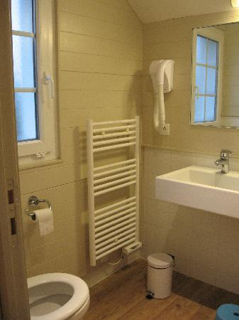 Center Parcs Le Lac d'Ailette : Petite salle de bain (avec baignoire à remous derrière la porte)
