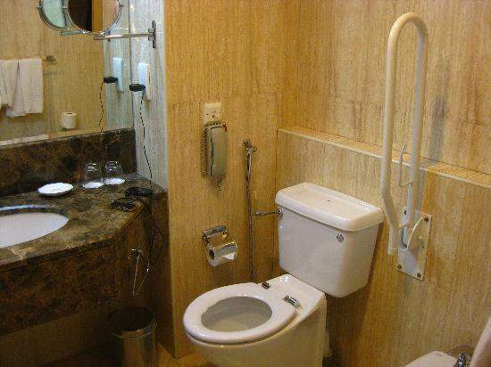 City Seasons Hotel: Disabled toilet with no lid