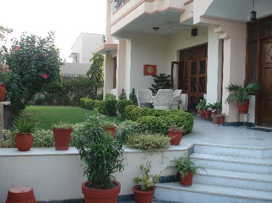 Jaipur Friendly Villa: Entrance and front garden