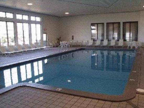 Soo Locks Lodge & Suites: Bright, airy indoor pool alongside the biggest jacuzzi in the U.P.