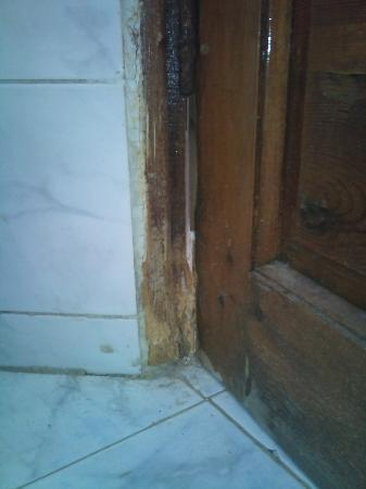 Yasmina Hotel: Bathroom Door