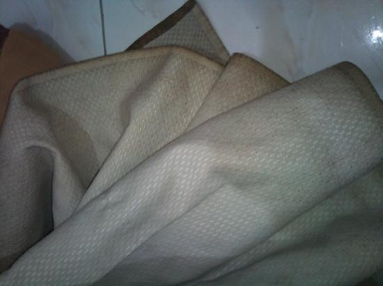 Yasmina Hotel: Bed Sheets