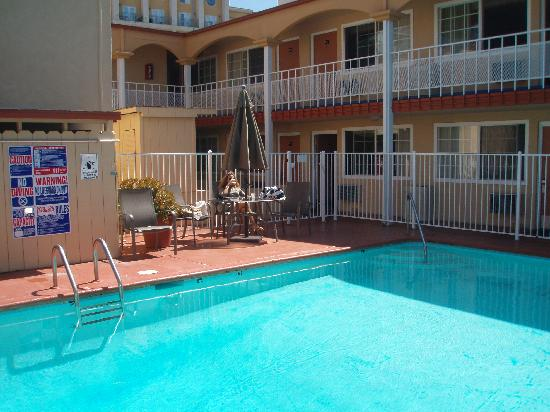 Pacific Inn Hotel & Suites: Piscina