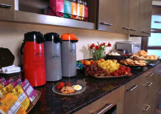 BEST WESTERN Snowcap Lodge: Complimentary buffet breakfast.  Experience the personal touch.