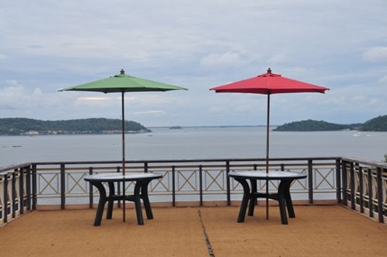 Welcombe Hotel - Trinco: The Trincomalee Bay A nice place to site and talk and see many many things...
