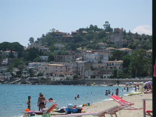 Catanzaro Lido, Italia: A view from the beach looking toward some apartments