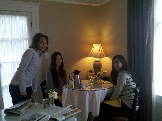 Arbor Guest House : Beautiful morning breakfast with delicious food (Aries from Honolulu)