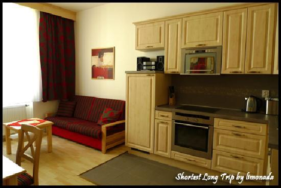 Andel Apartments Prague: Kitchen and living room