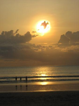 Legian Beach Hotel: Sunset from the front of the Hotel