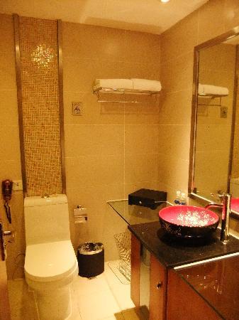 Chongqing Hongyadong Hotel: bathroom wif oriental sink