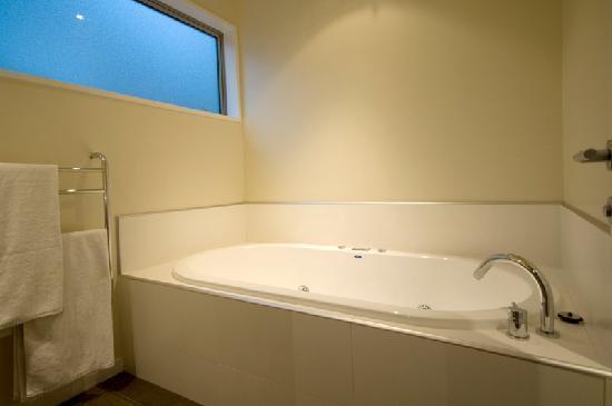 LakeRidge Queenstown spa bath