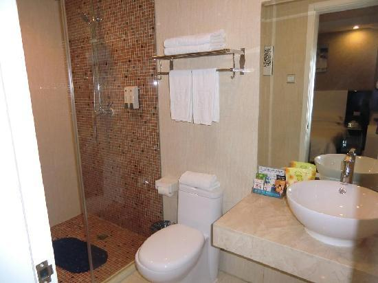 Super 8 Hotel Fuzhou Wu Yi Bei Lu: Toilet clean and spacious