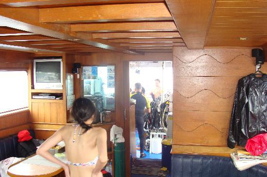 Oceanic Divecenter: Comfortable dive boat got us out to Racha Yai.