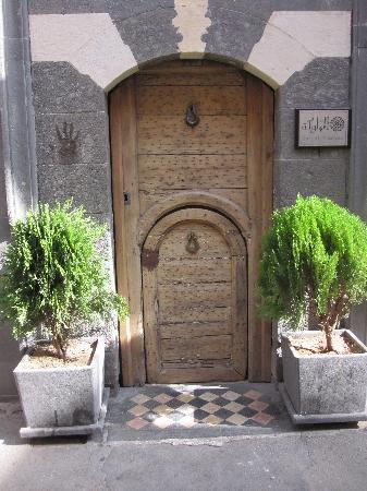 Dar Al Mamlouka: Entrance to the hotel
