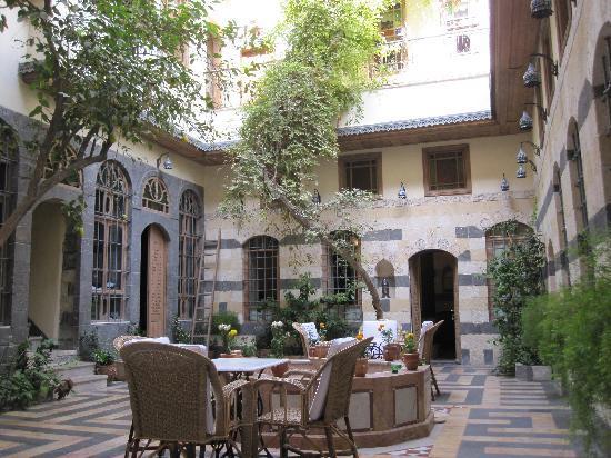 Dar Al Mamlouka: courtyard