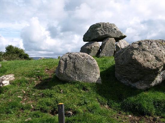 Sligo, Irlanda: 載せられた石の高さは約2m。