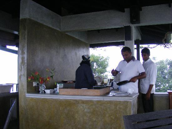 Villa Sandalwood: the outdoor kitchen, with the 2 owners + their waiter