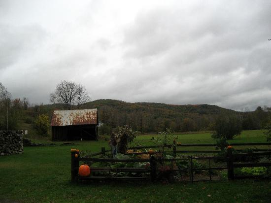 Farmhouse Inn at Robinson Farm: Garden in fall