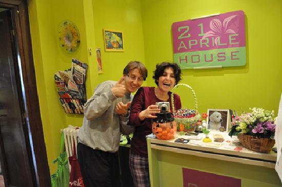 21 Aprile House : Davide y Lorenza en la recepción.