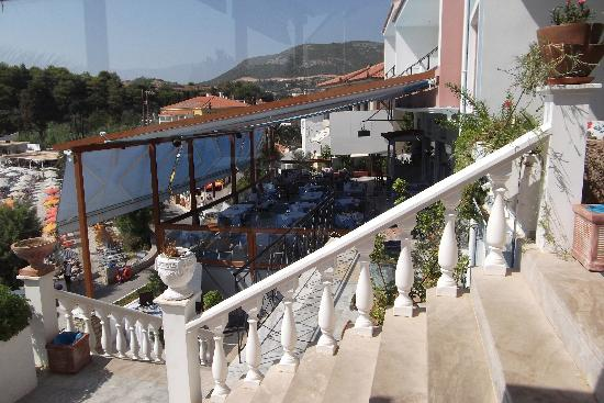 Samos Bay Gagou Beach Hotel: View from general sitting area across hotel restuarant and down to the beach
