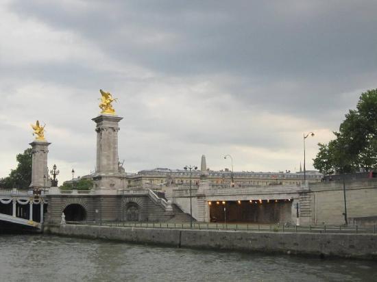 Pont Alexandre III: 橋と町並み