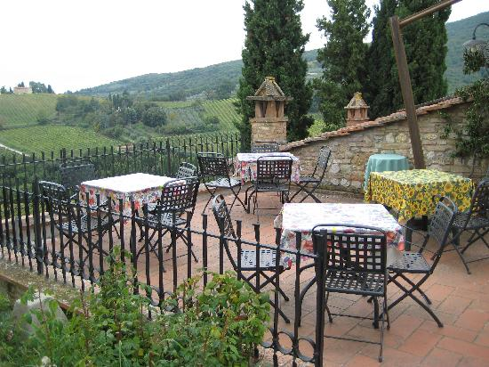 Podere Montese: eating outdoors another amazing view