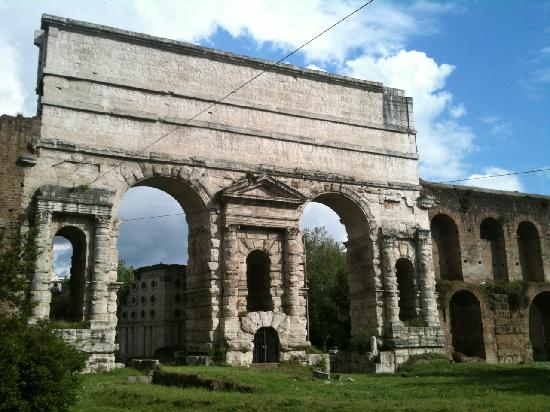 The porta maggiore along the way foto di bed - Porta maggiore a roma ...