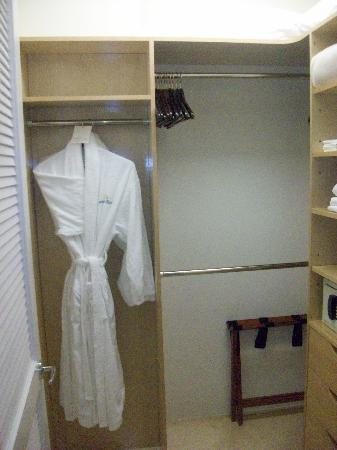 Seven Stars Resort & Spa: Big closet with safe