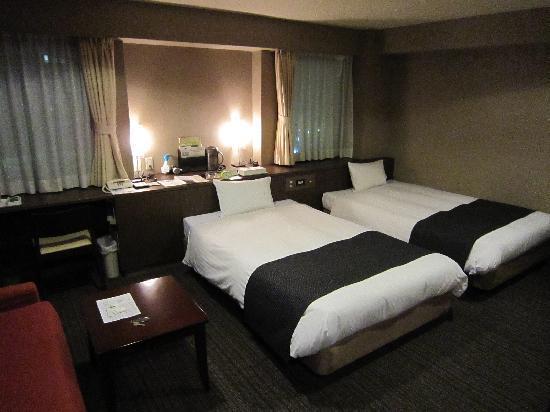 Fukuoka Toei Hotel : 本館ツイン、ベンチ型のソファ有り