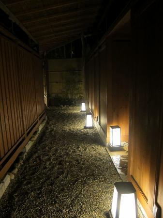 Taketoritei Maruyama: Walkway to private baths