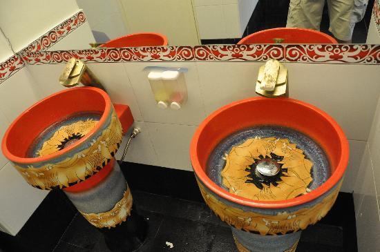 Arenaa De Luxe Hotel: Public toilet