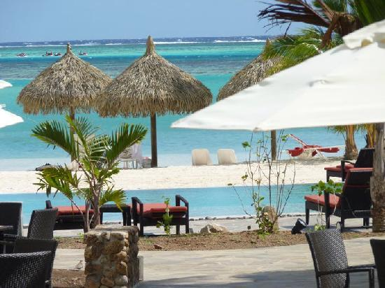 Papetoai, Polinesia Francesa: vue sur la piscine et la mer depuis la terrasse du bar
