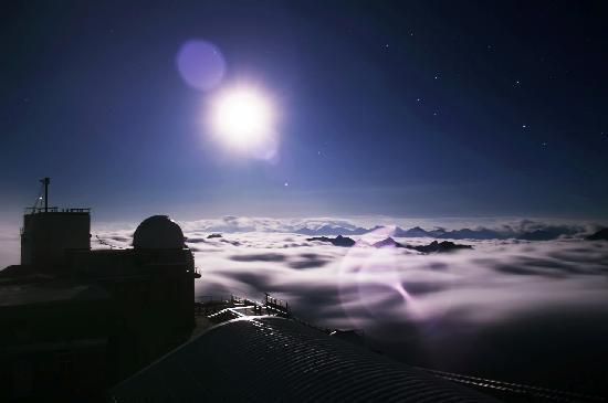 La Mongie, France : mer de nuages lors d'une nuit au sommet