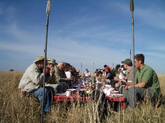 Governors' Balloon Safaris: Eating Breakfast