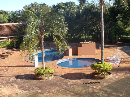 Marcopolo Suites Iguazu: piscina y jardín del hotel