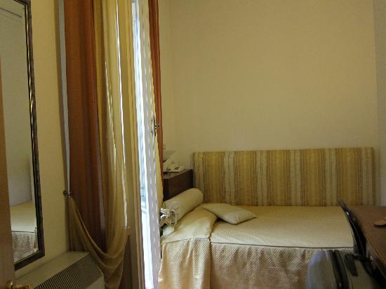Hotel Alinari: ソファーを兼ねたベット
